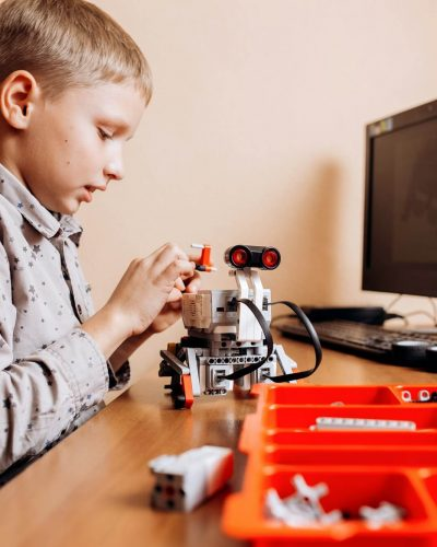 robotics steam education Smart boy uses lego engineering